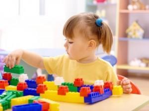 Menina-Brincando-de-Lego-na-Escolinha